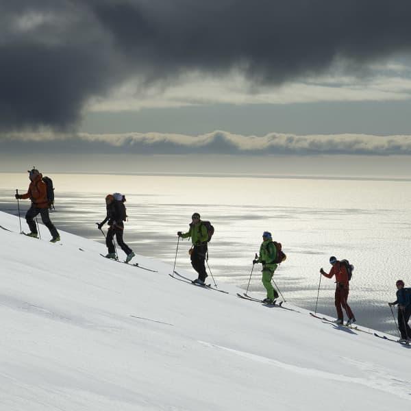 Bergsguiden Maguns Lindor Strand visar gruppen vägen till toppen.
