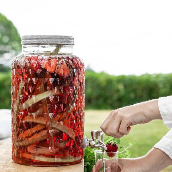 Fyll en saftblandare med kolsyrat vatten. Proppa i mängder av rabarber och jordgubbar. Enklaste lemonaden ever!