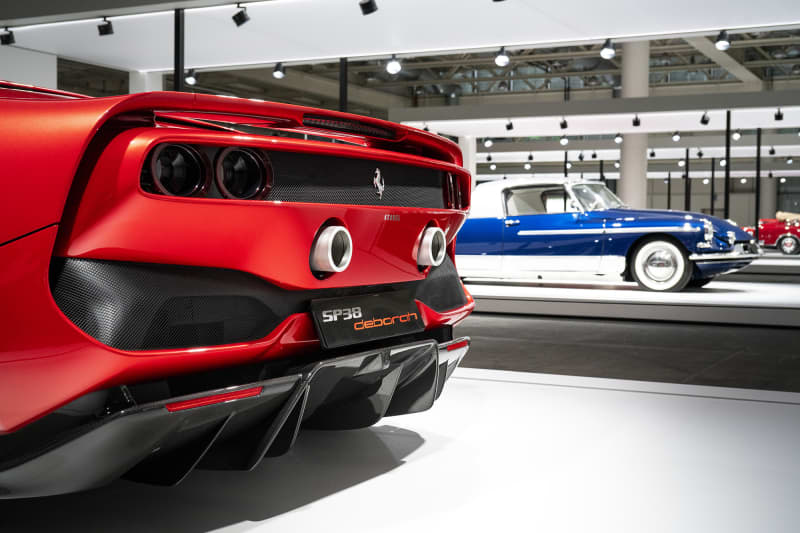 Mer exklusivt än så här kan det knappt bli. Den röda Ferrarin i förgrunden, som är en 312 P, förtjänar nästan en helt egen artikel på grund av sin historia. Den här prototypen byggdes i Maranello inför världsmästerskapen 1969. Den svarta bilen i naken kolfiber är en Pagani Huayra, ett mästerverk från argentinaren Horachio Pagani som ursprungligen arbetade för bland annat Lamborghini som kolfiberexpert. Längst bort i bild en Bugatti Chiron, även den byggd till större delen i kolfiber och en W16 motor. Hastighetsmätaren på en Chiron slutar på 500 kilometer i timmen.