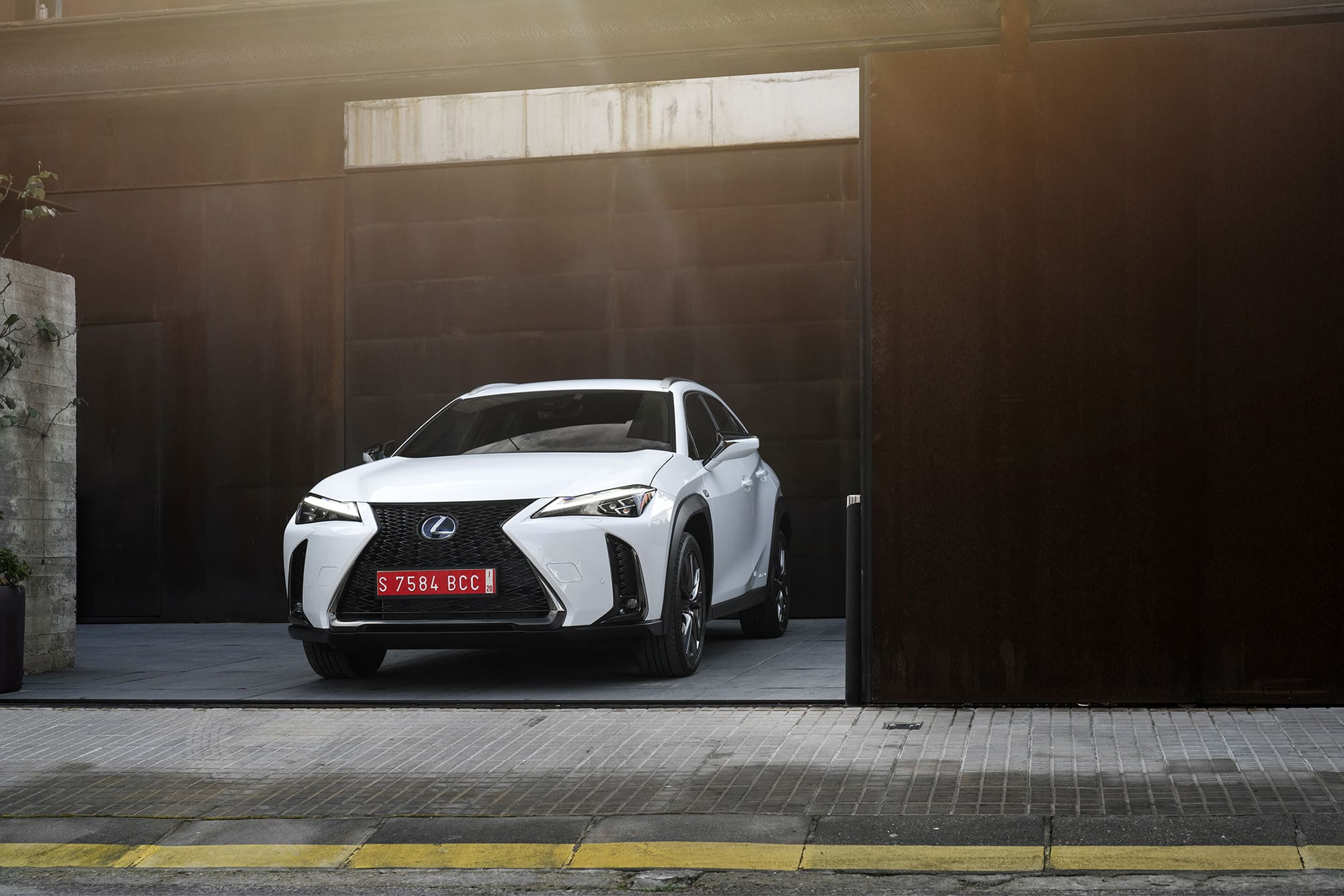 The design of the UV 250h stands out from the crowd but still follows other models in the Lexus family. It's easy to recognize it if you areused to the brand.