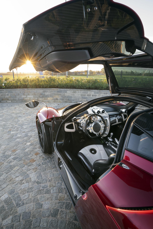 Interiören kan beskrivas som ett överdimensionerat Schweiziskt ur med ett detaljarbete som ingen annan biltillverkare kommer i närheten av.