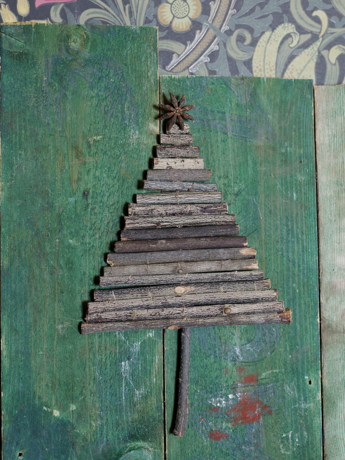 Såga till din egna lilla minigran av pinnar och på toppen en anis som stjärna.