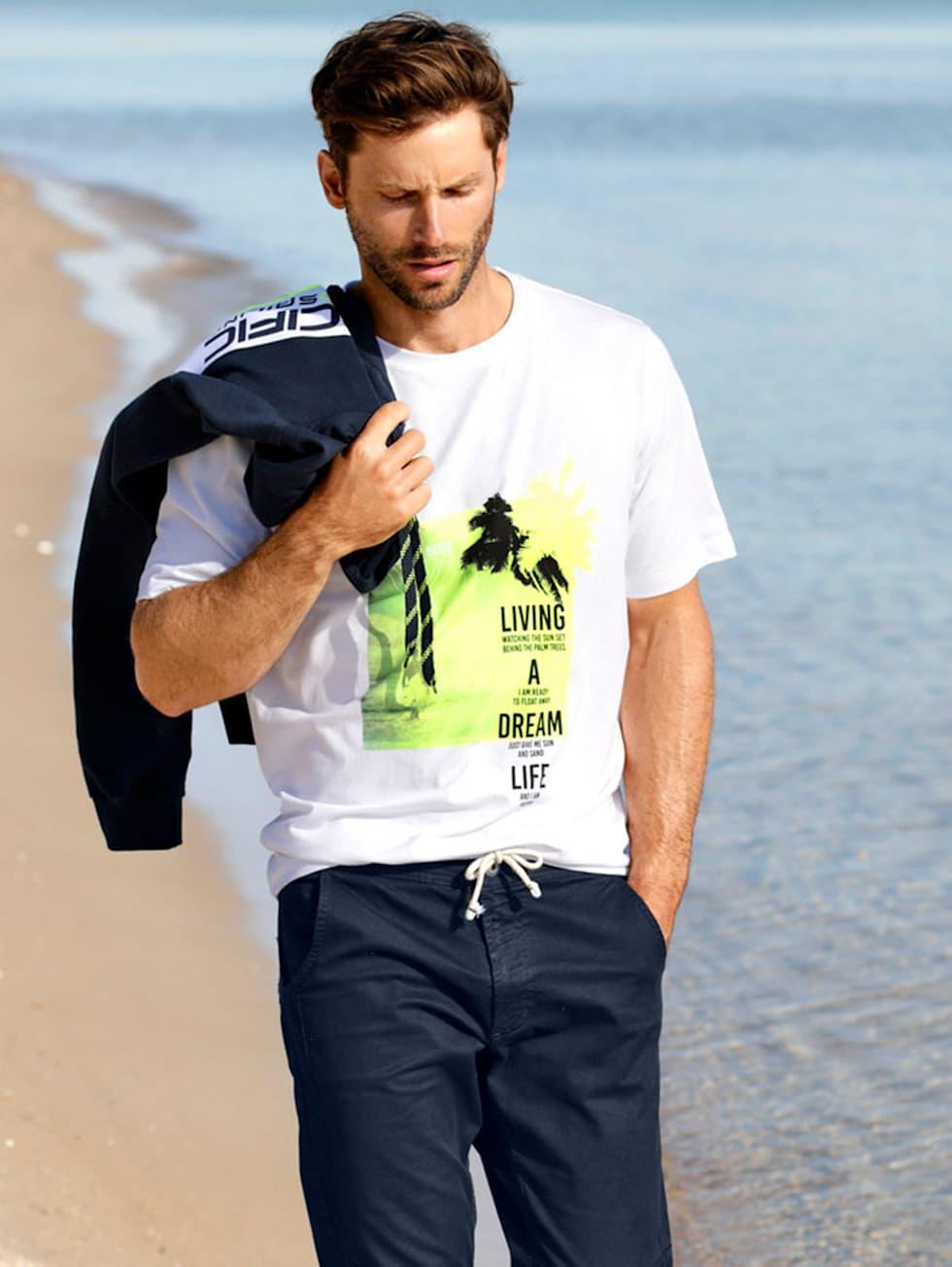 Marittimo-Outfit: Weißes T-Shirt mit Neon-Details und Hose in dunkelblau