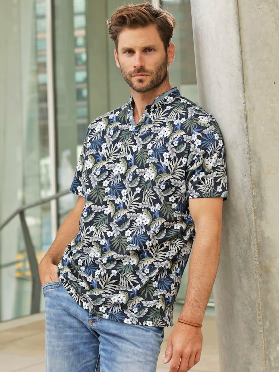 Blue-Outfit: Kurzarmhemd mit Floral Print und blaue Jeans