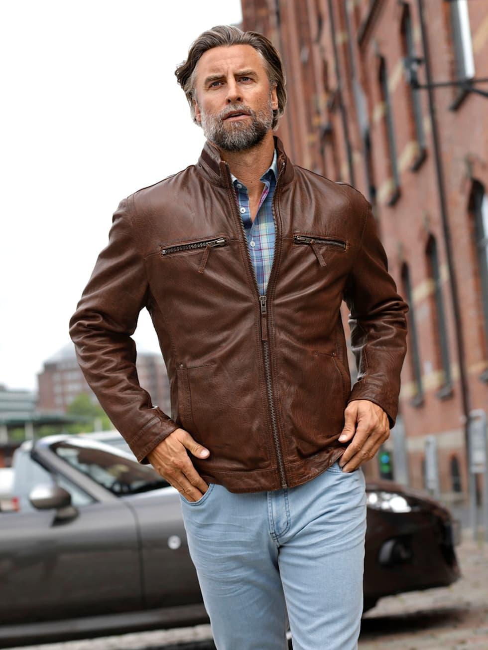 Casual-Outfit: Lederjacke in Braun, kariertes Hemd und hellblaue Jeans