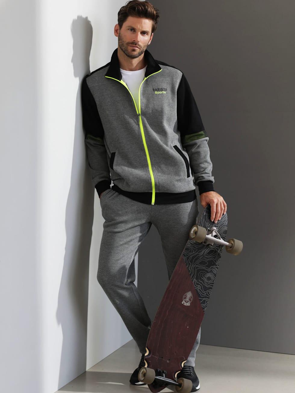 Sportivo-Outfit: Grau-schwarzer Freizeitanzug mit neongelben Details