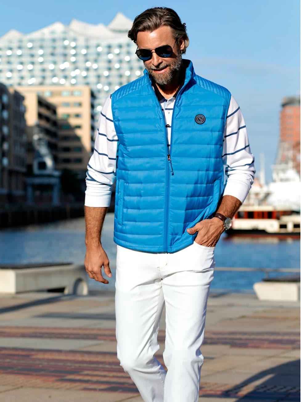 Casual-Outfit: Steppweste in Türkis, weiß-blaues Sweatshirt und weiße Hose