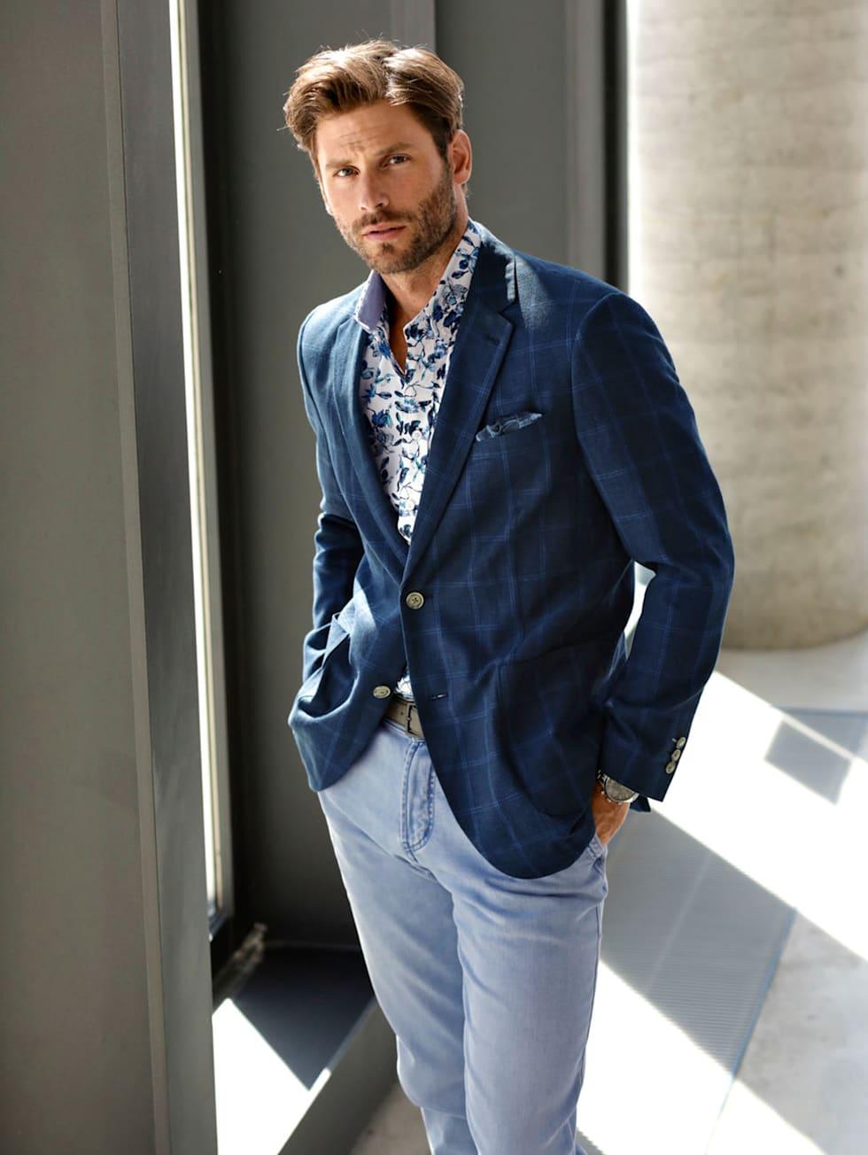 Blue-Outfit: Sommer-Leinensakko in Dunkelblau kombiniert mit hellblauer Jeans und buntem Hemd
