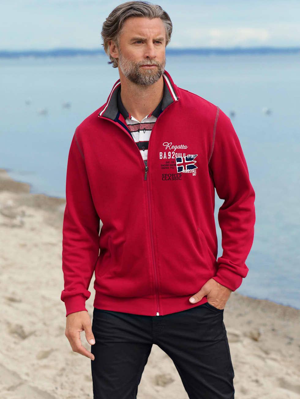 Marittimo-Outfit: Rote Sweatjacke, rotes Poloshirt und eine marinefarbene Hose