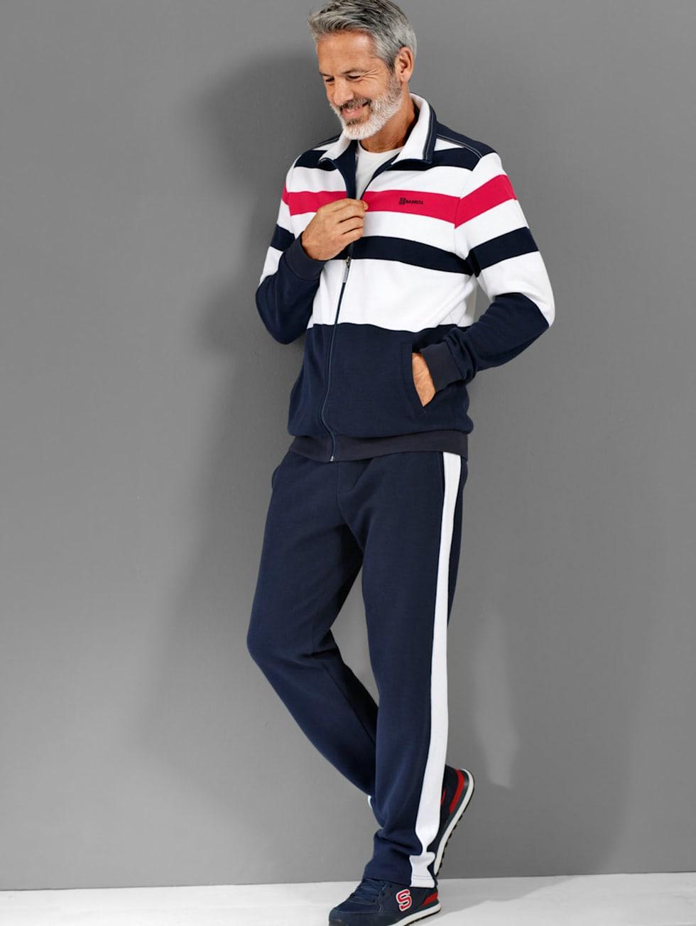 Sportivo-Outfit: Freizeitanzug in Blau, Weiß und Rot kombiniert mit einem weißen T-Shirt