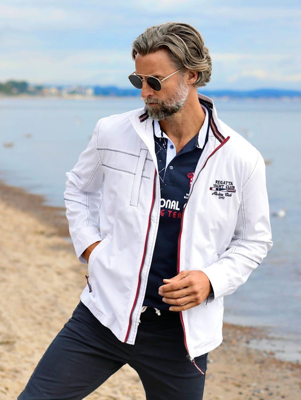 Marittimo-Outfit: Weiße Jacken kombiniert dunkelblauer Hose und Poloshirt