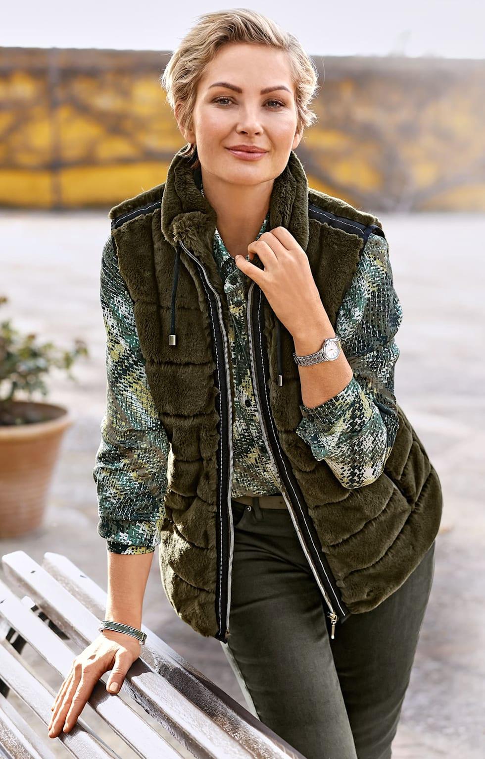 """Shop de outfits van MONA: """"Trendy combinaties in olijfgroen."""""""