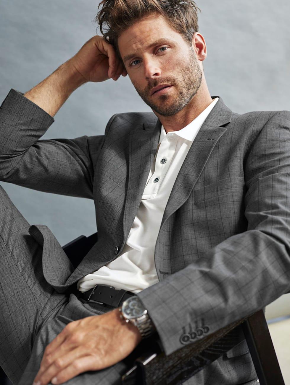 Premium-Outfit: Grauer Baukastenanzug kombiniert mit einem weißen Poloshirt
