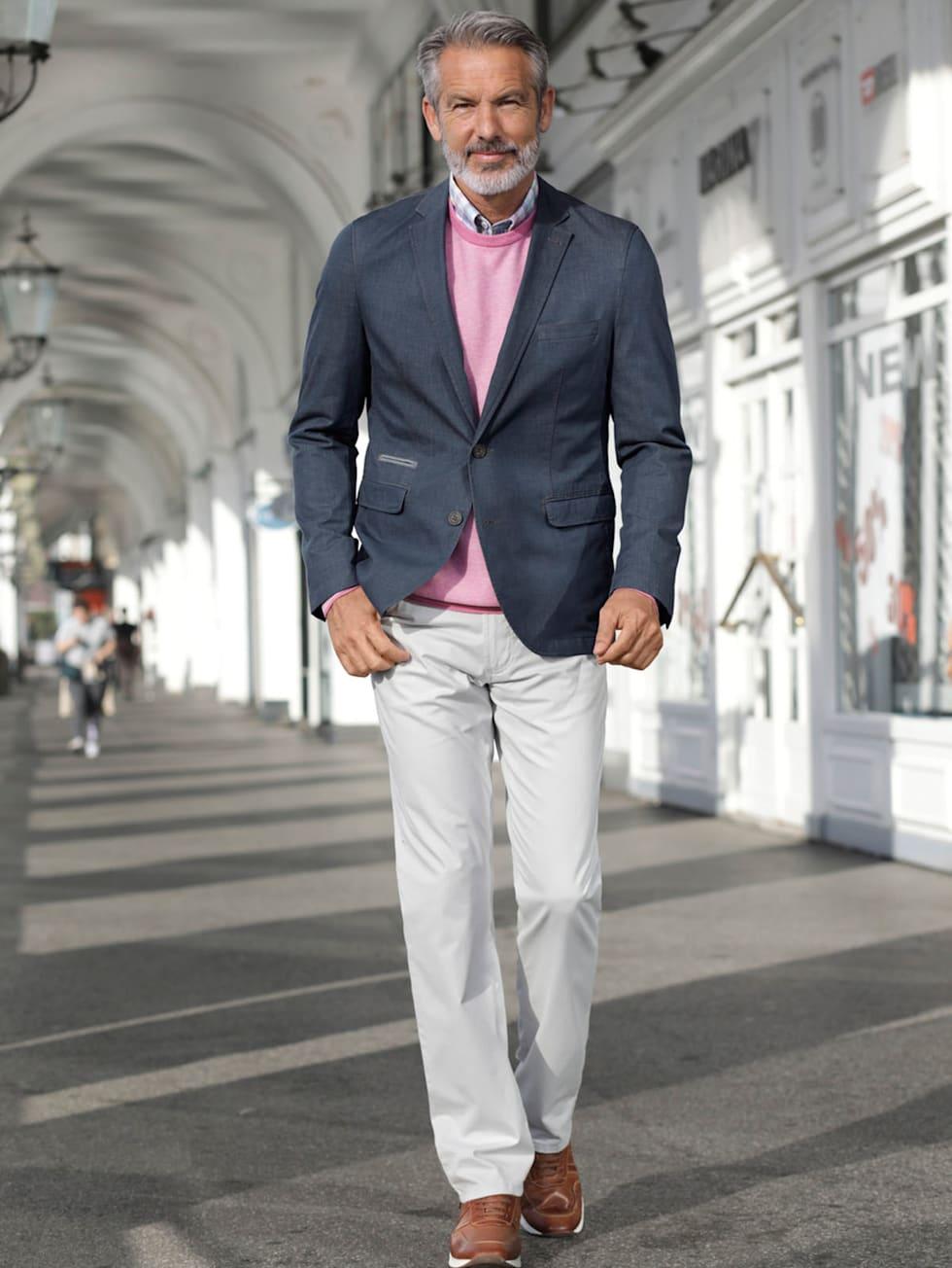Comfort-Outfit: Jeanssakko, rosa Leinenhemd und helle Chino