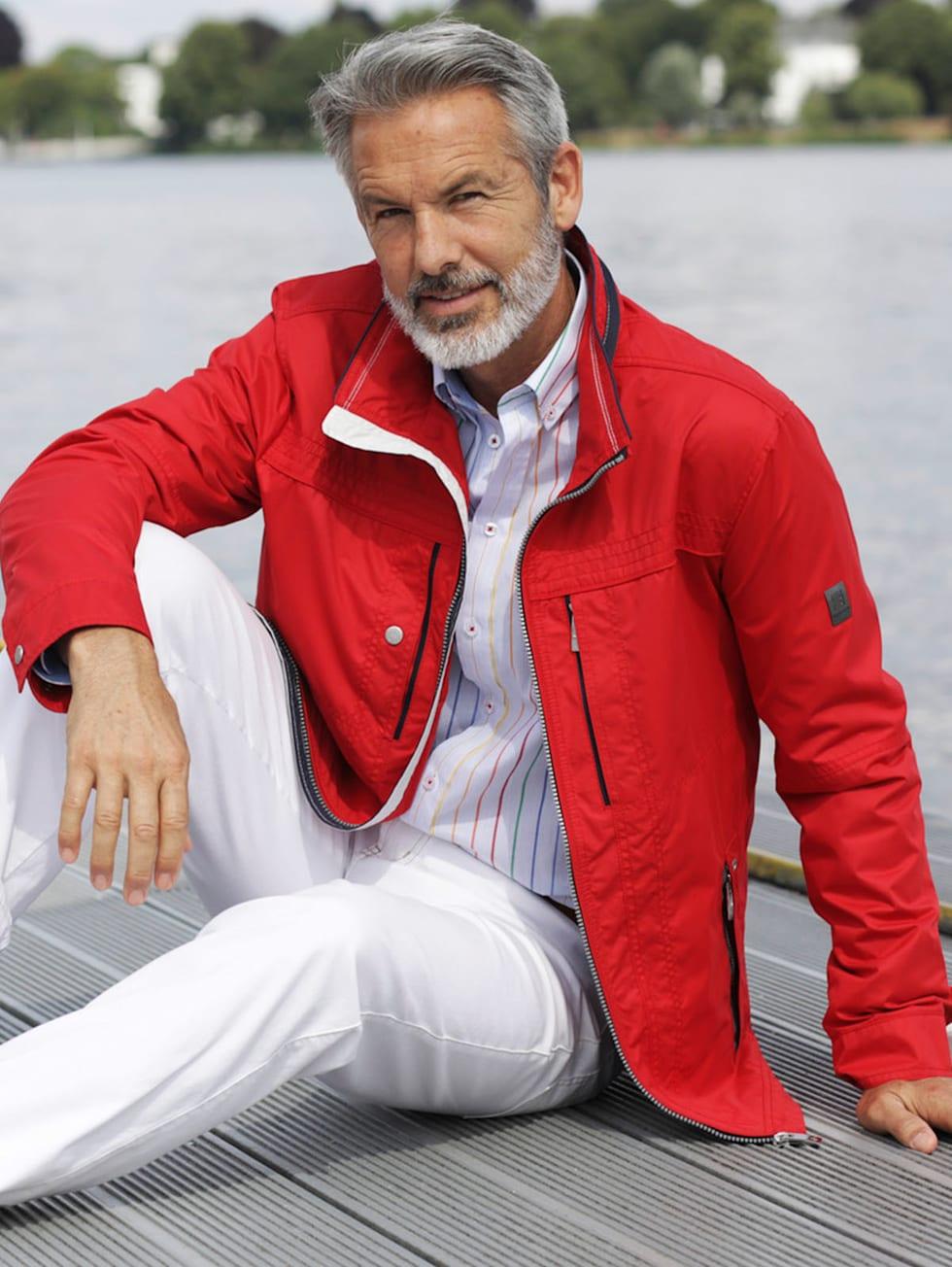 Comfort-Outfit: rote Jacke, blaues Hemd und weiße Hose