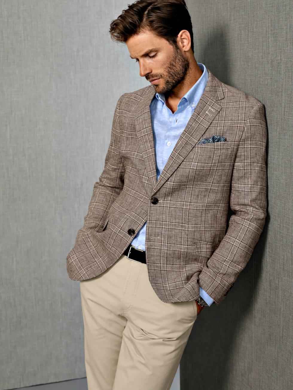 Premium-Outfit: Leinensakko, Leinenhemd und eine Chino in Camel