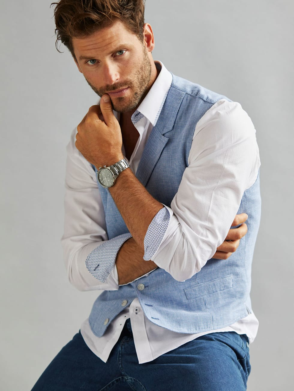 Casual-Outfit: Weißes Hemd und blaue Jeans mit It-Piece - blaue Weste