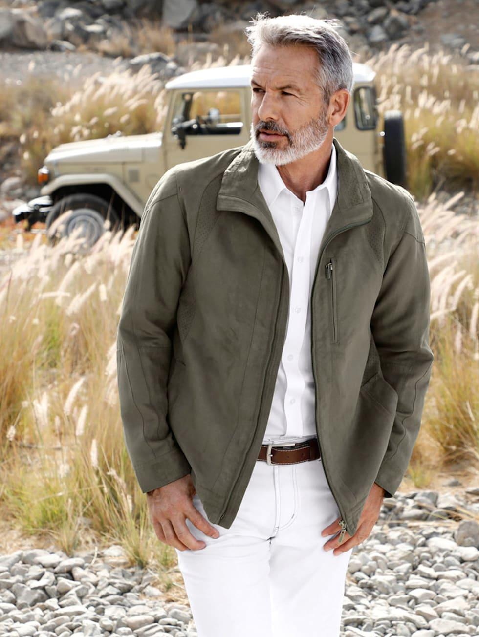 Comfort-Outfit: Jacke in Oliv, weißes Leinenhemd, weiße Hose und optional Pullover in Grün-Gelb