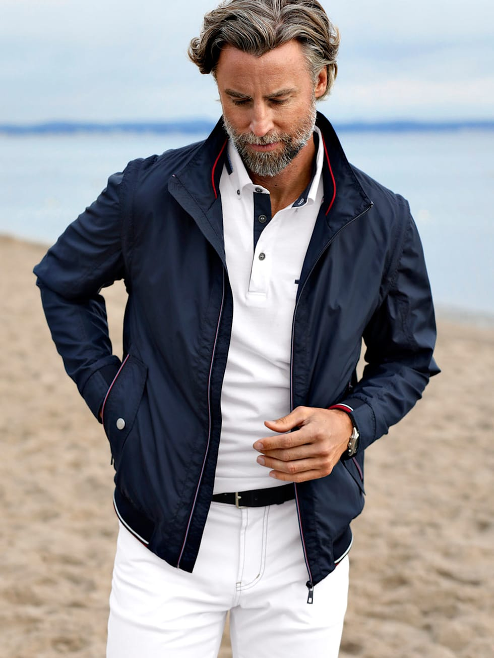 Marittimo-Outfit: Dunkelblauer Blouson, weißes Poloshirt und weiße Hose