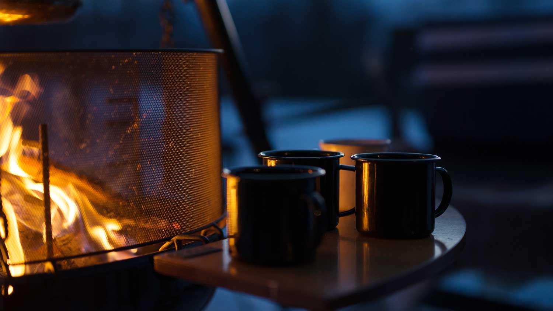 Med varmen fra bålet og nykokt kaffe kan vi nyte maten ute i det fri. Uansett årstid.