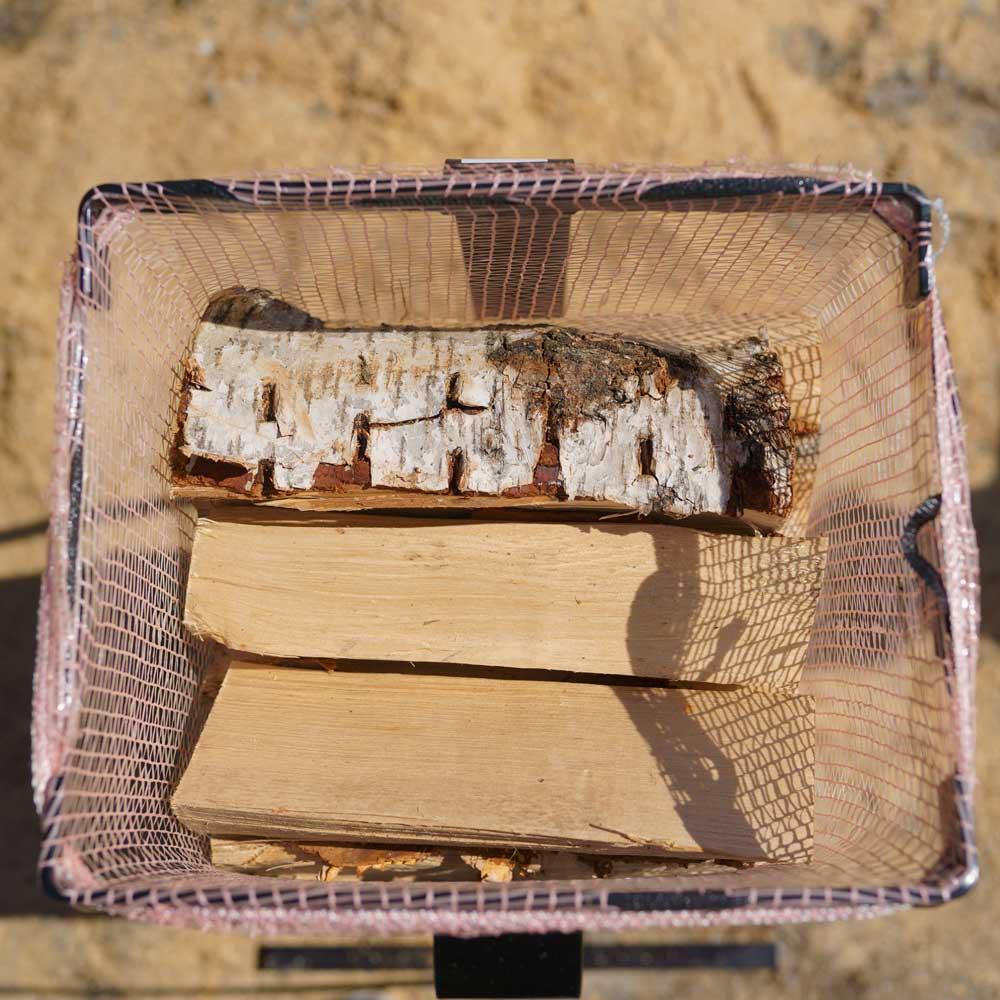 Ved som er pakket i sekker er enklere å håndtere og stable.