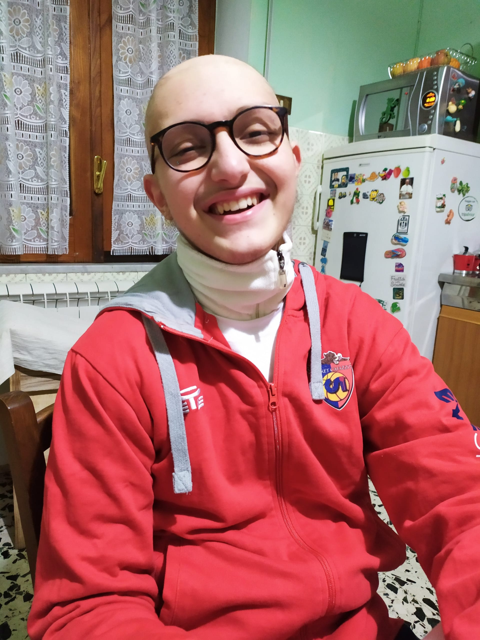 Eugenio sorride a casa dopo la partita di basket