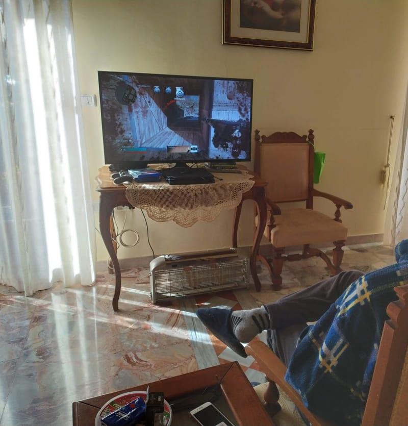 Eugenio avanti alla Playstation