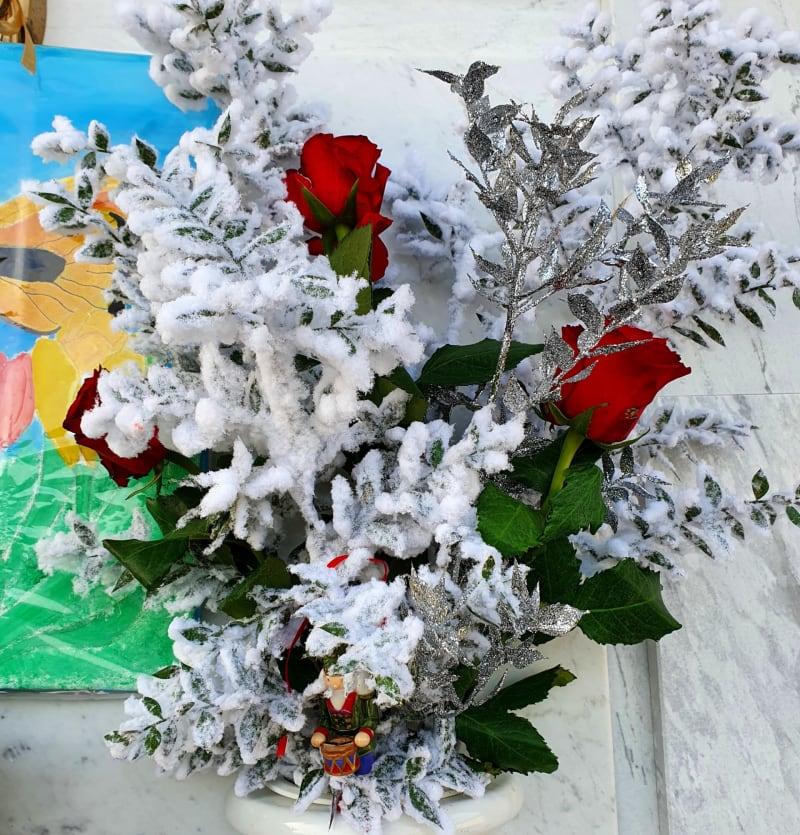 fiori sulla lapide