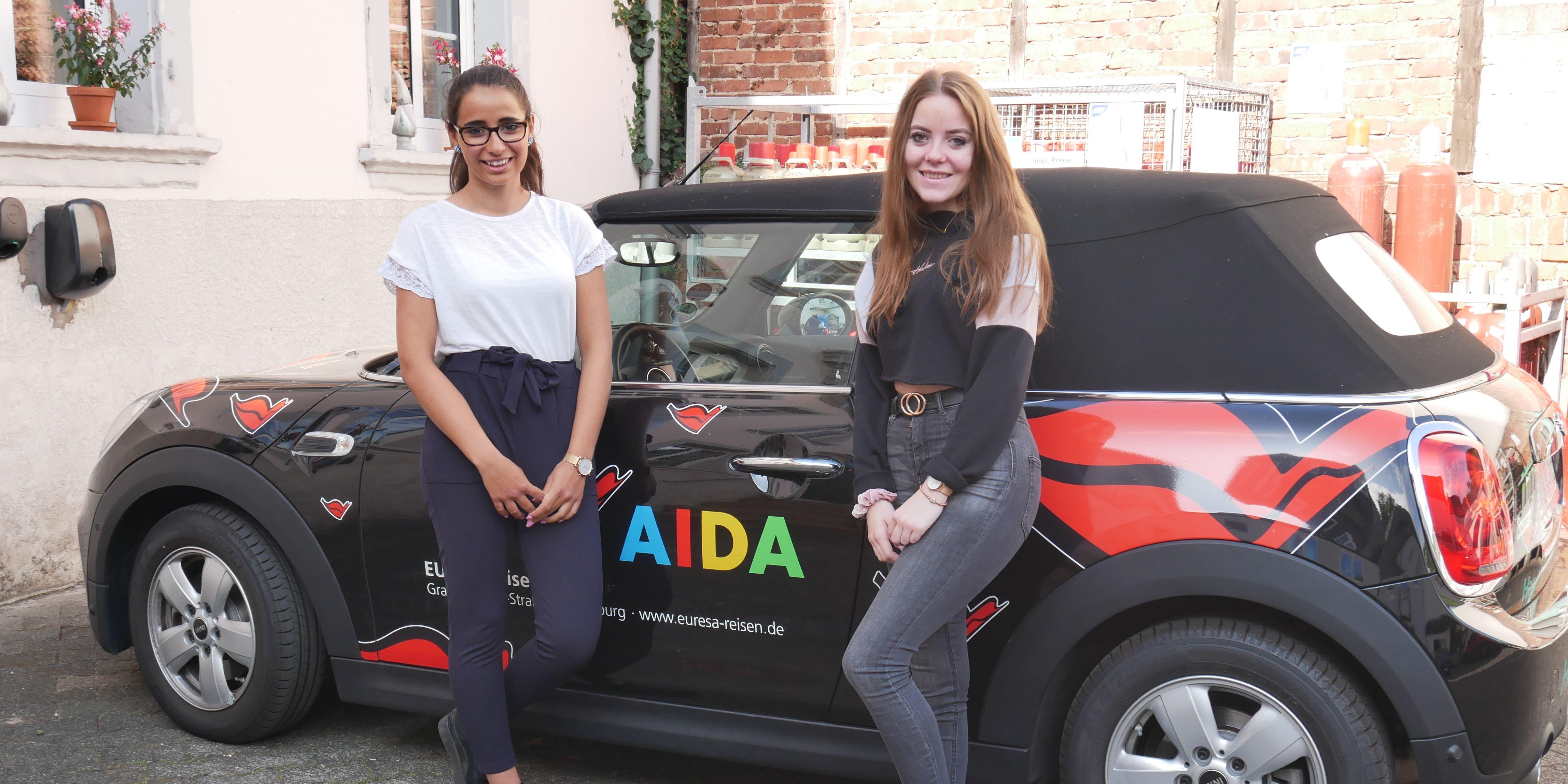 Aicha und Svenja vor Auto