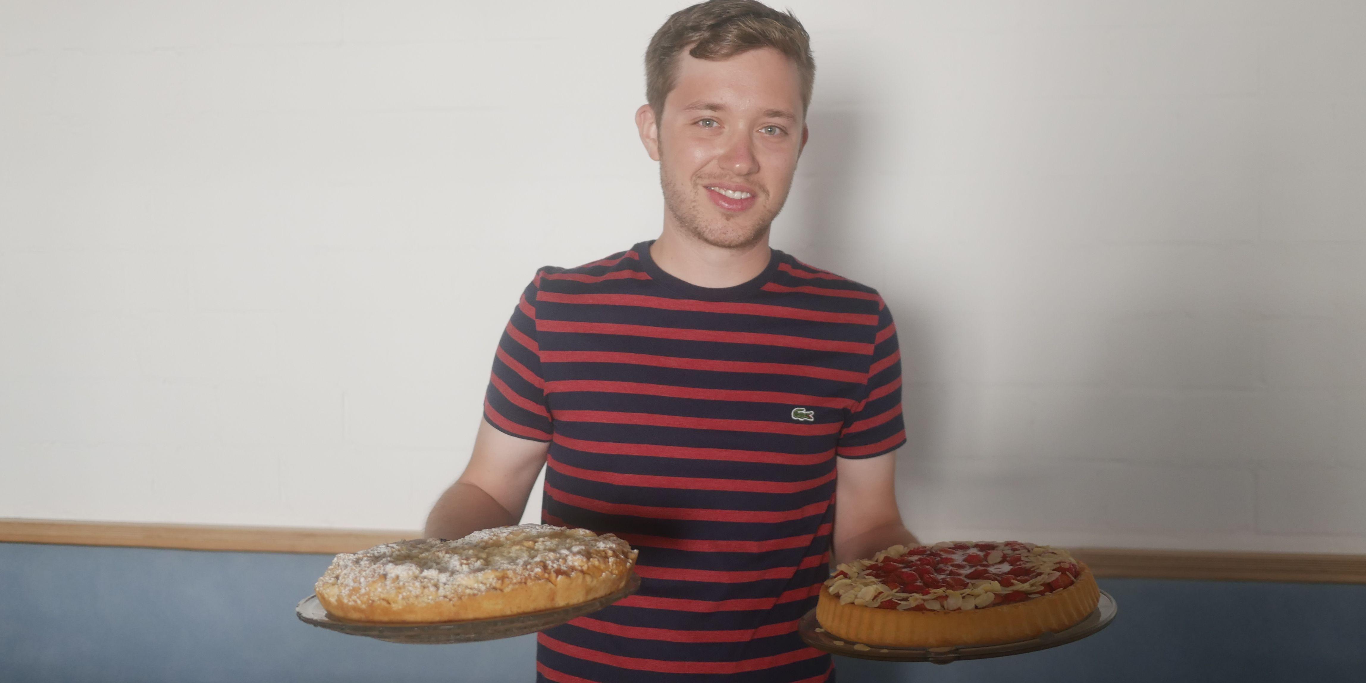 Julian CRM mit Kuchen