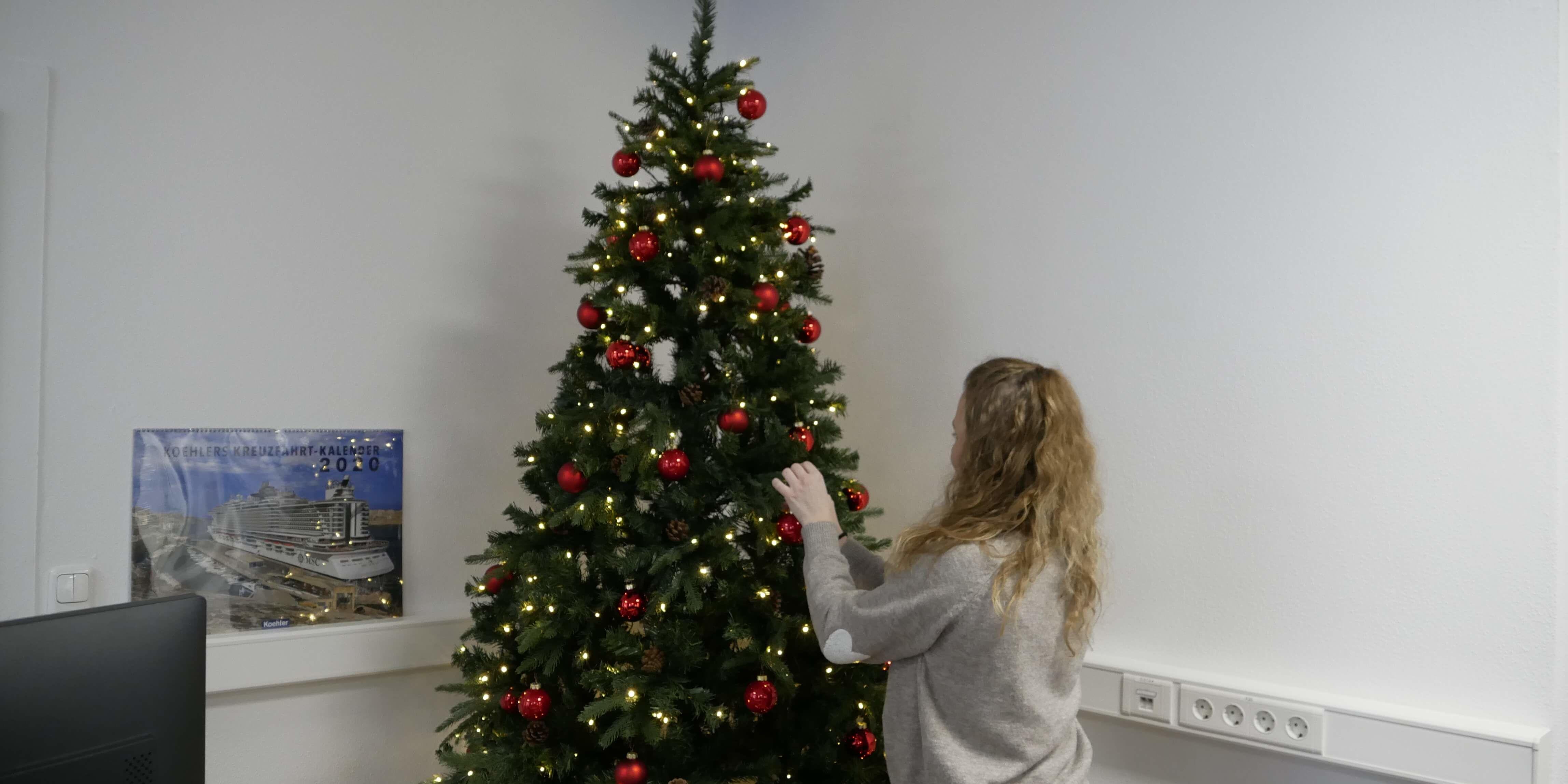 Corinna schmückt Weihnachtsbaum