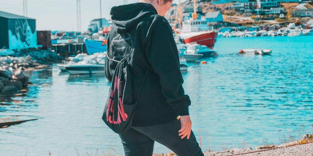 Annie am Hafen von Qaqotoq