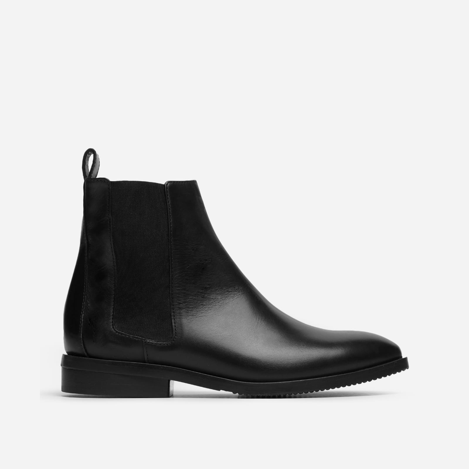 modern chelsea boot by everlane in black, size 5