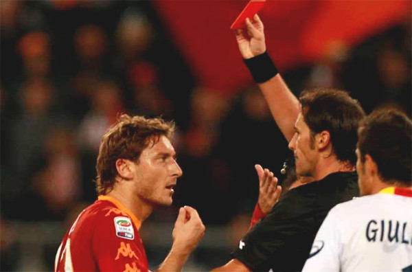 """King of the red card"", Totti with 16 removals: ""Prince of Rome"" becomes ""the devil"""