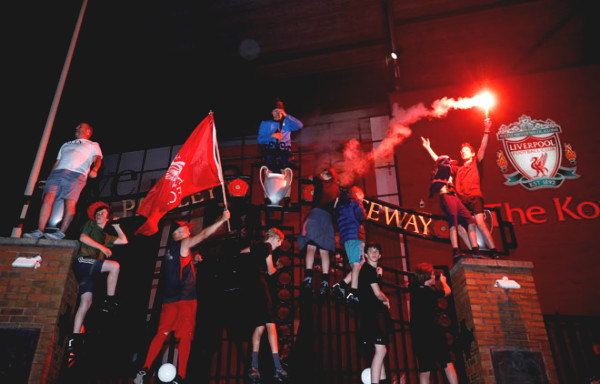 Liverpool fans celebrate championship frantic Premiership: sweat all night