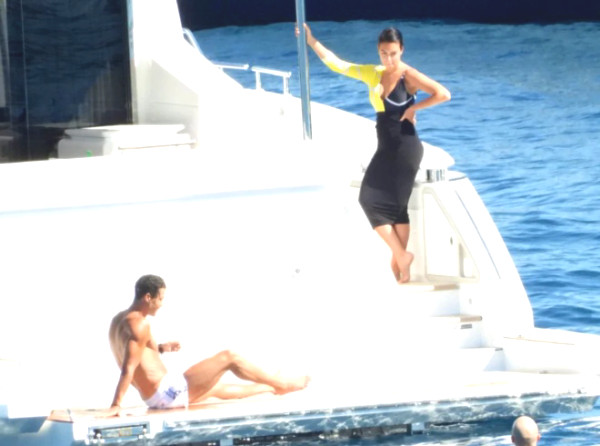 "Ronaldo posed ""6 packs"" at super yacht party, girlfriend revealed unexpected news"