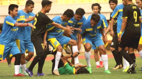 Referee was shockingly kick player in the face, beaten to unconsciousness