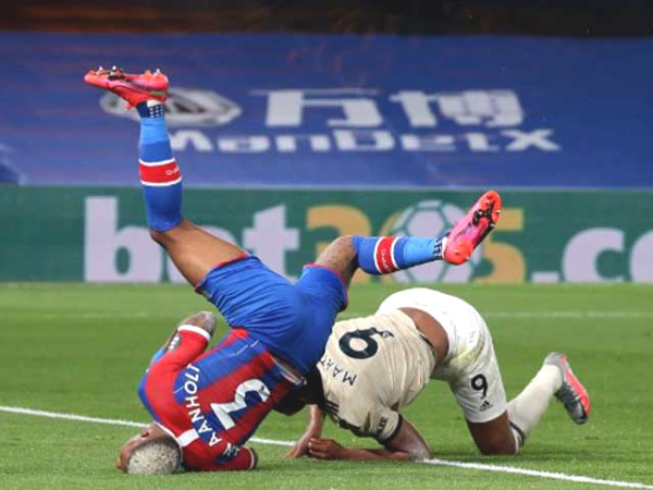 """Superman"" Martial makes Crystal Palace star nearly break his neck, to oxygen"