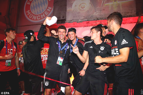European kings Bayern Munich celebrate virulent C1 Cup, Cup bedtime hug Lewandowski
