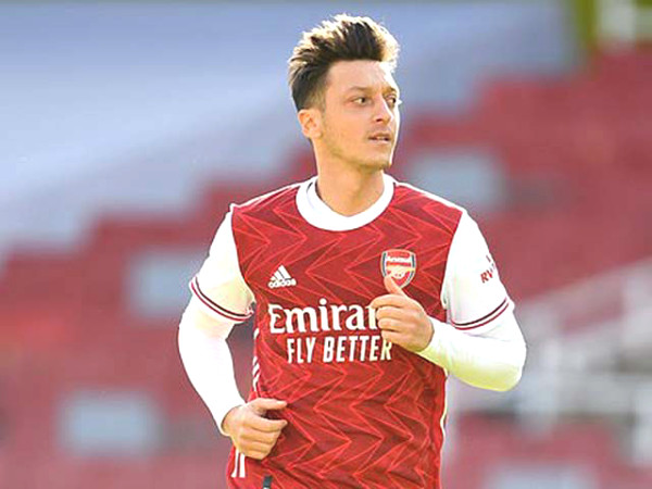 Arsenal is helpless: Ozil sit idle but still get 8 million pounds
