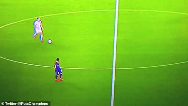 Messi walked pass attacking opponent, millions of fans compared to Ronaldo
