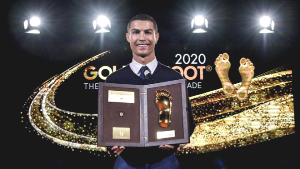 "Latest Football news on December 21st: Ronaldo shows off the ""Golden Foot"" award"
