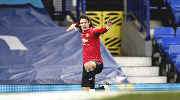 Cavani grasping his opponent's neck could still escape a red card and set up a super goal: What did Solskjaer say?