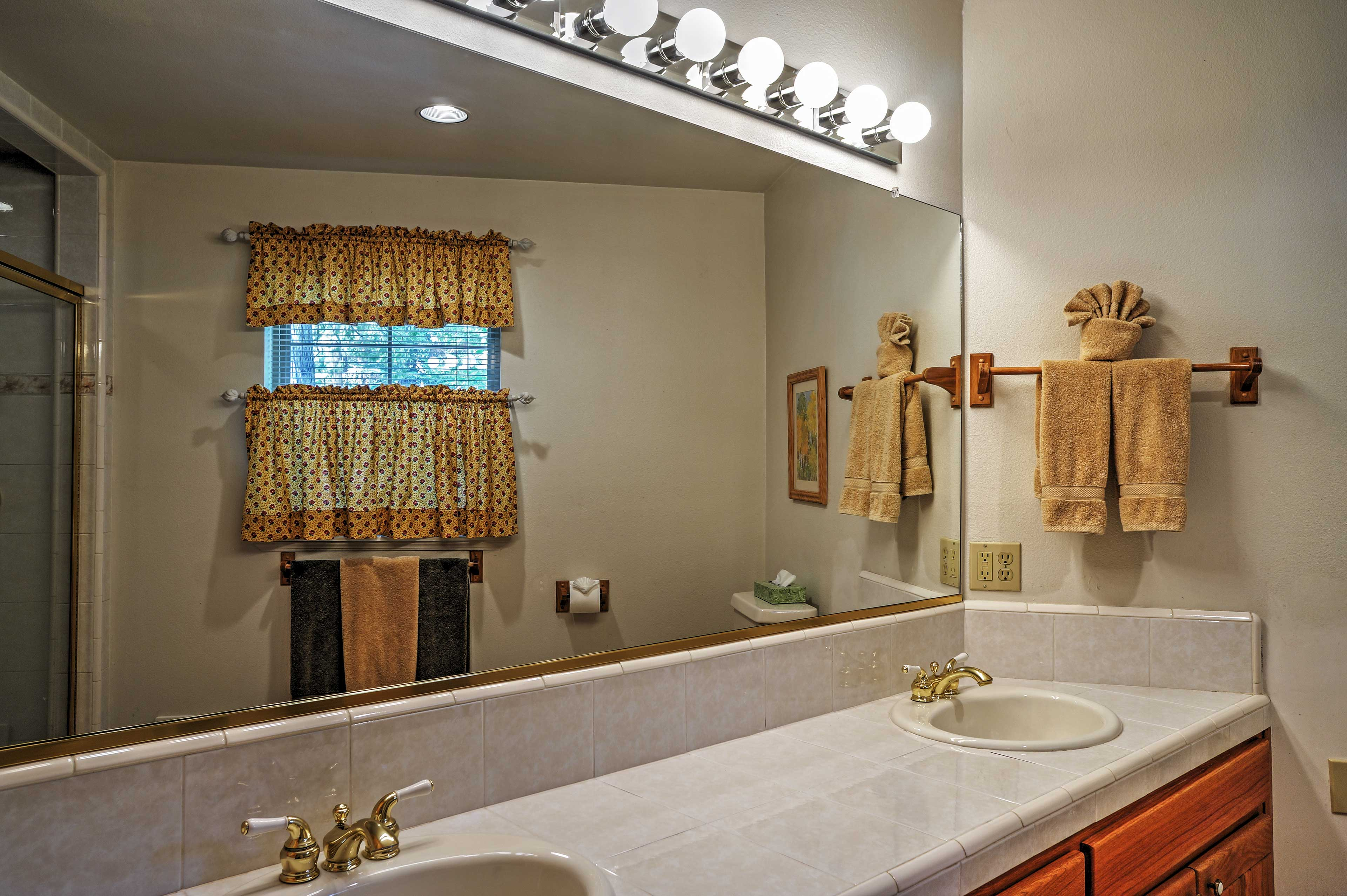 Bathroom | 1st Floor | Towels Provided