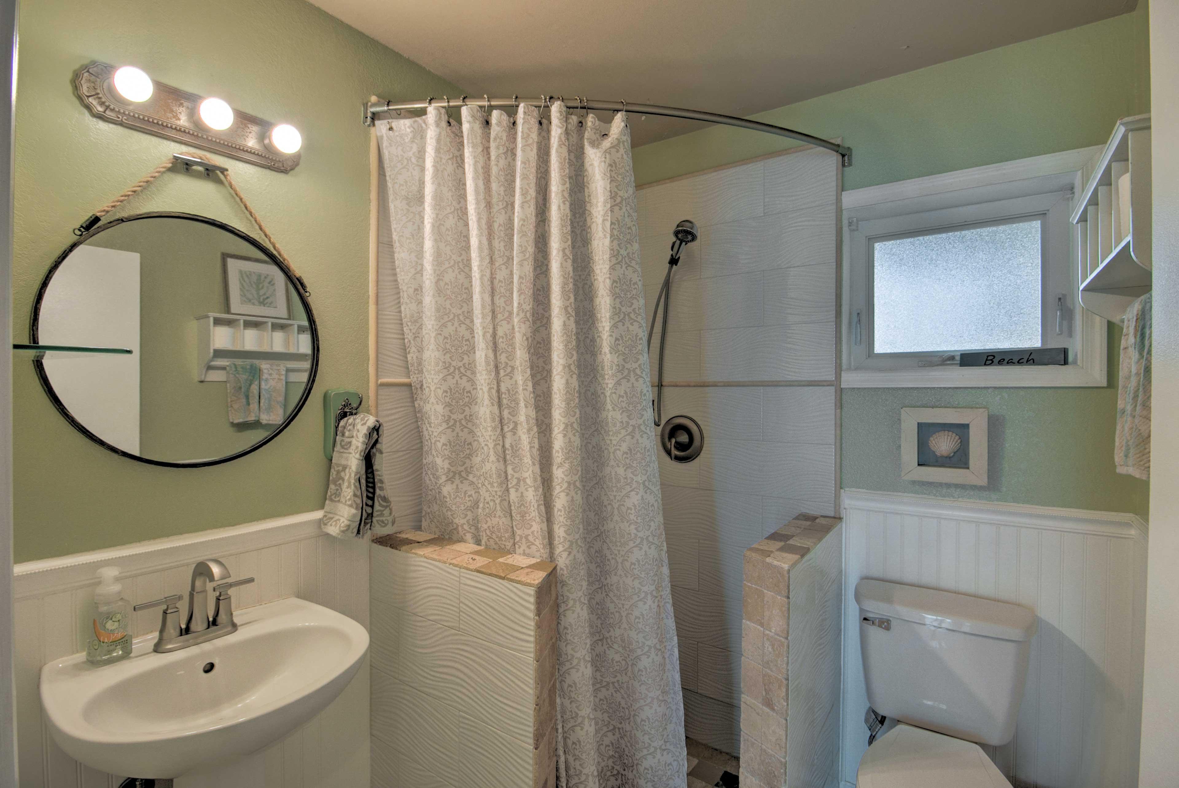 Full Bathroom | Main Level | Towels Provided