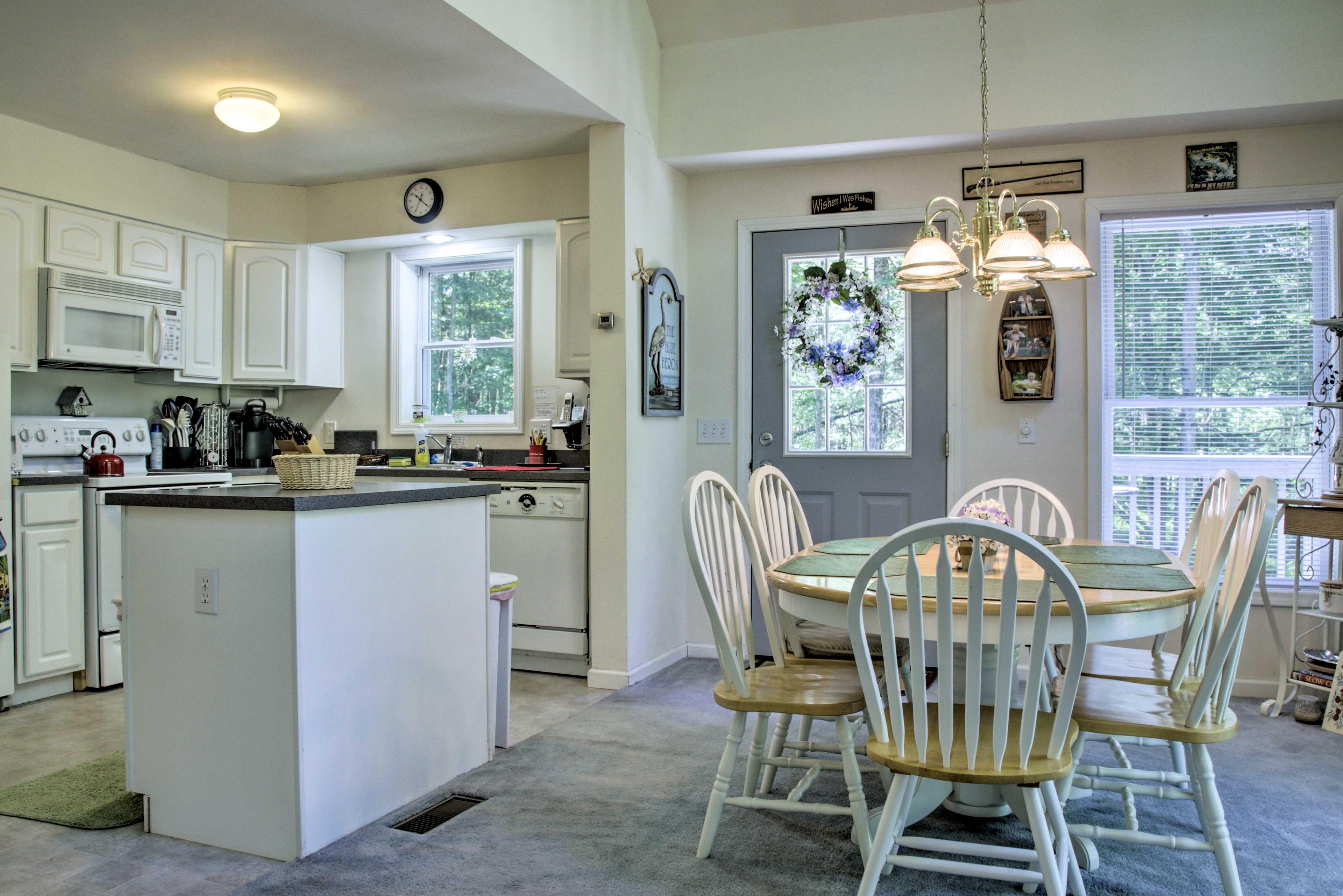 Dining Room   Dishware/Flatware Provided