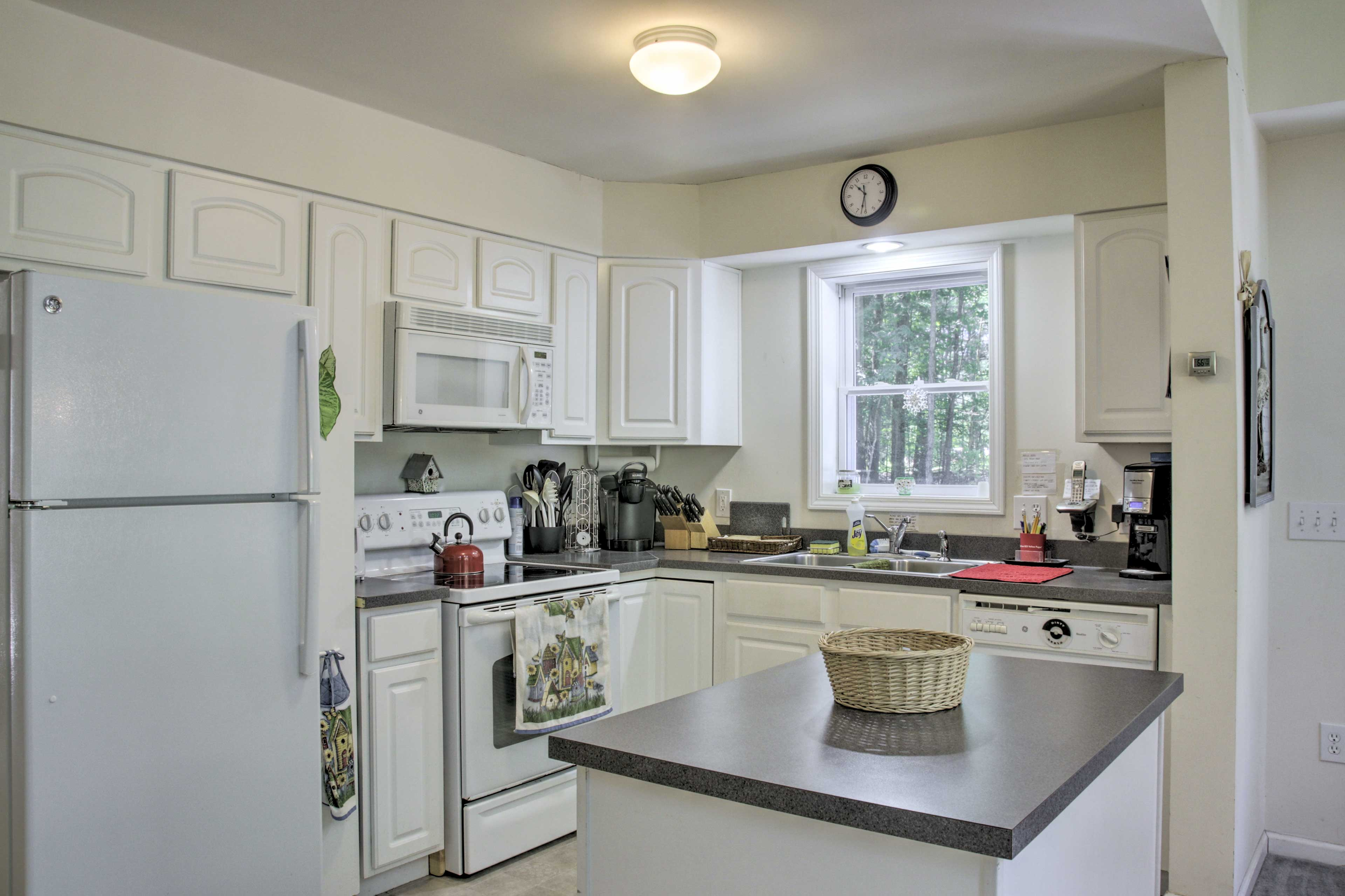 Fully Equipped Kitchen   Full Knife Set   Trash Bags/Paper Towels Provided