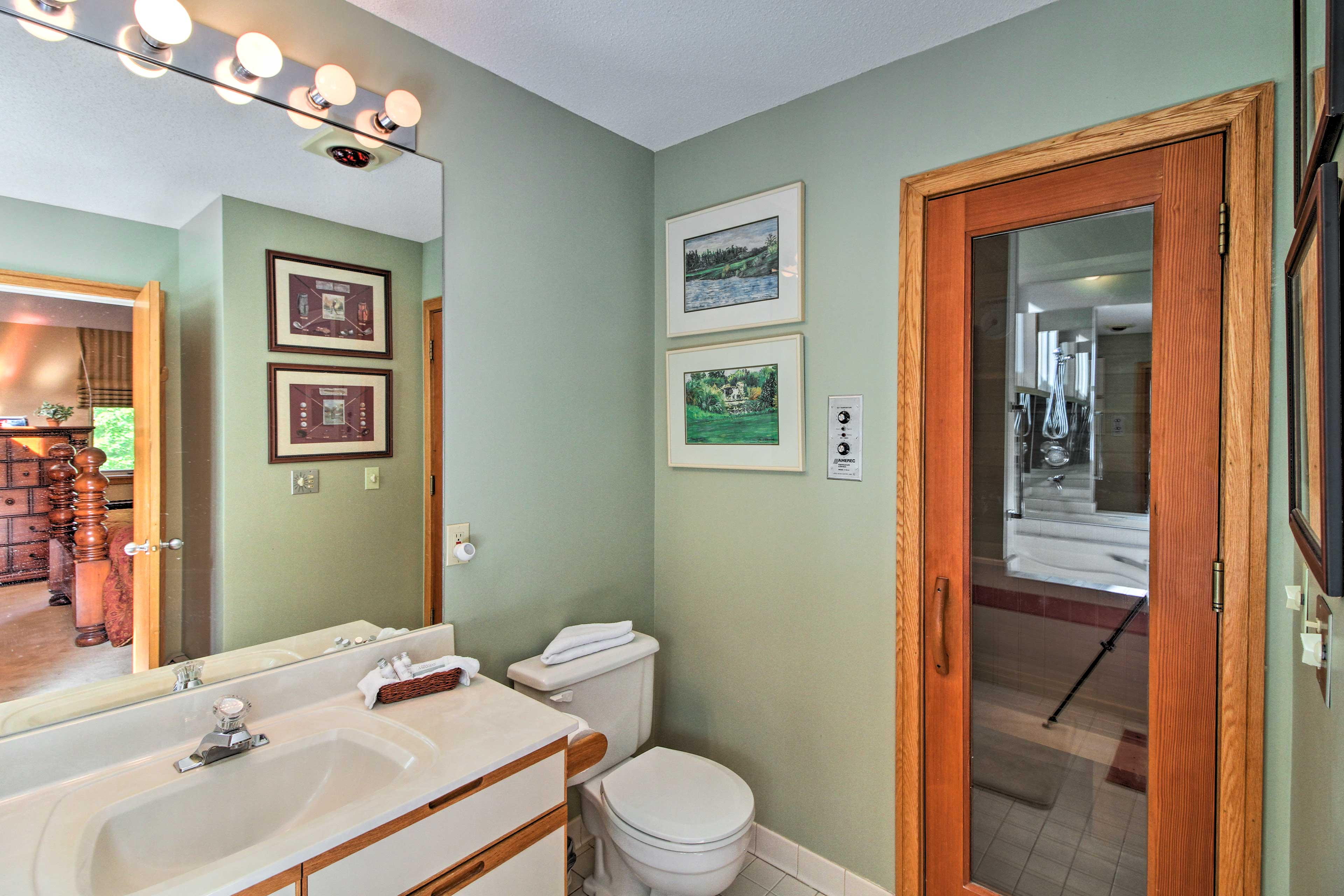 En-Suite Bathroom | Jetted Tub | Walk-In Shower