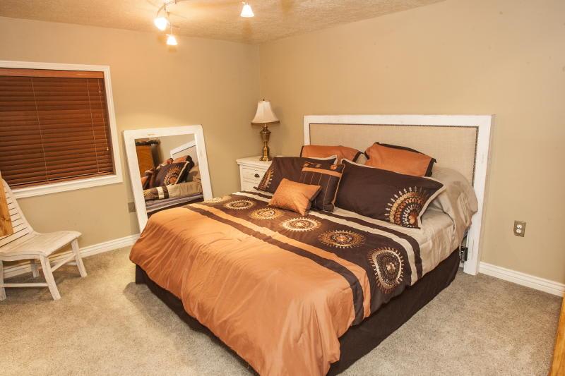 Bedroom 4   Queen Bed   Linens Provided   Basement