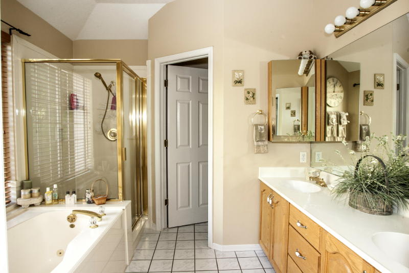 Master En-Suite Bathroom   Bathtub & Walk-In Shower